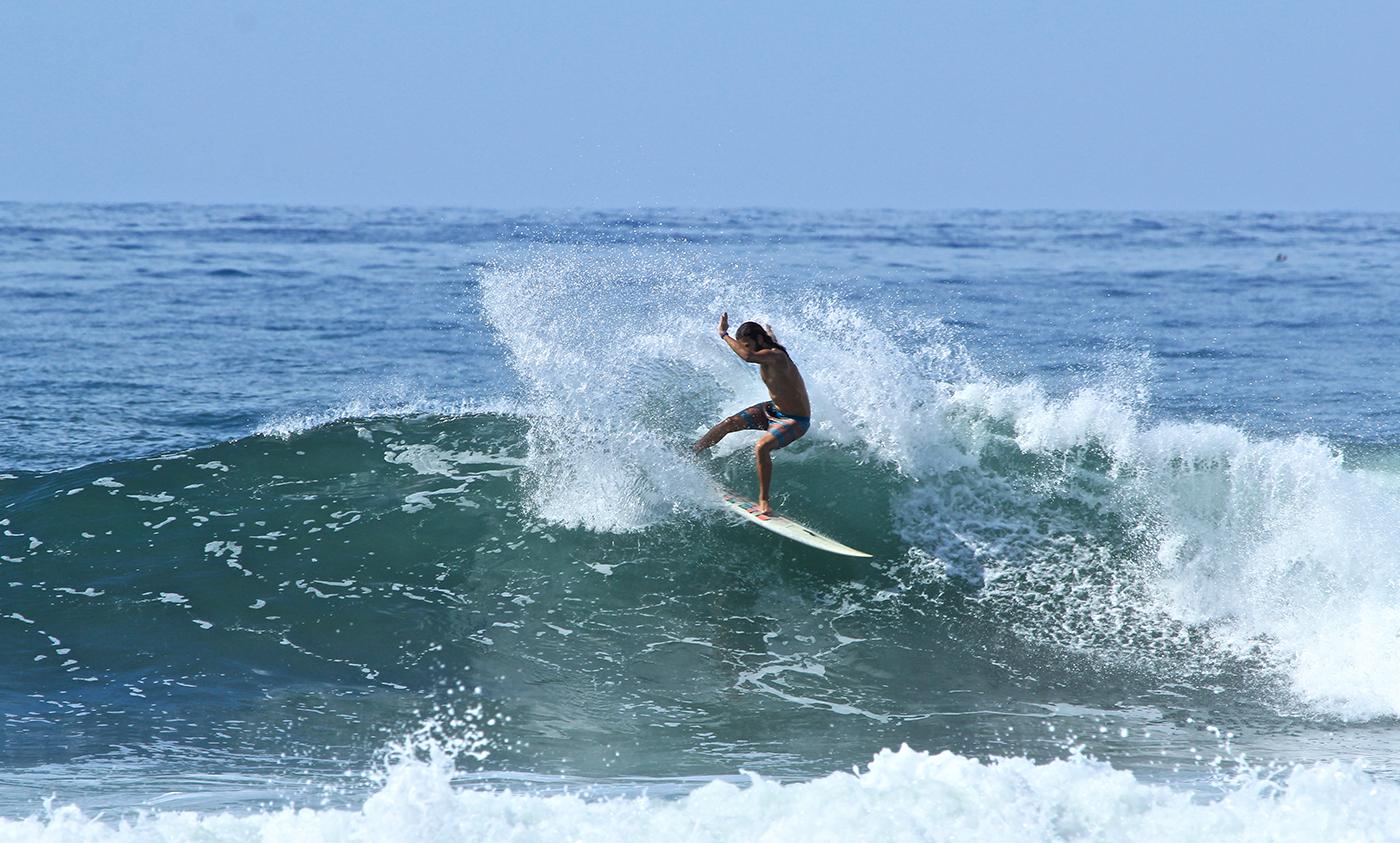 Pascal Christen surfing el Salvador, K59
