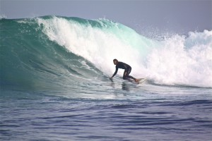 Pascal surfing a god day on the right surfing senegal @thefreesurfer.com